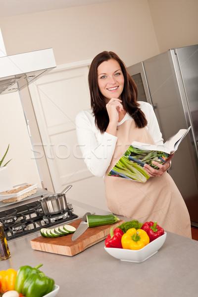 Uśmiechnięta kobieta książka kucharska kuchnia gotowania kobieta Zdjęcia stock © CandyboxPhoto