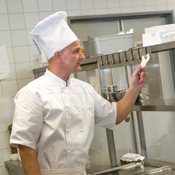 Kucharz czytania restauracje kuchnia uniform papieru Zdjęcia stock © CandyboxPhoto