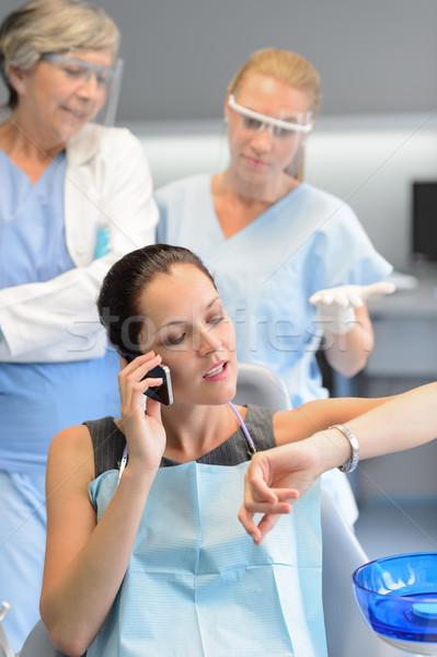 Ongeduldig vrouw patiënt telefoon tandheelkundige kliniek Stockfoto © CandyboxPhoto