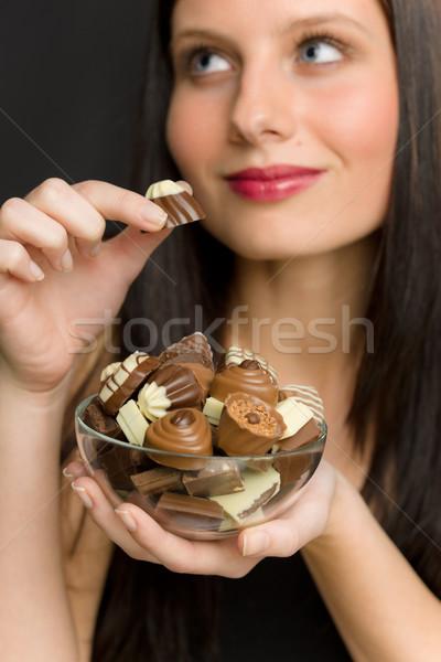 ストックフォト: チョコレート · 肖像 · 若い女性 · 楽しむ · キャンディ · ボウル