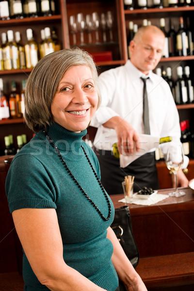 ストックフォト: シニア · 女性 · 楽しむ · ワイングラス · バーテンダー