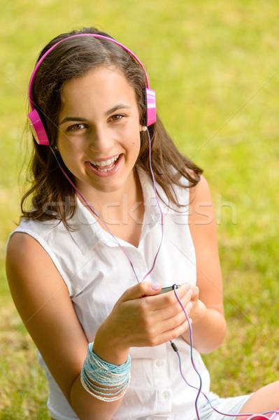 Risonho ouvir música sessão grama Foto stock © CandyboxPhoto