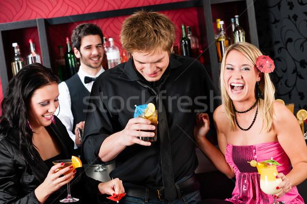 Amigos coquetel bar tempo de festa risonho Foto stock © CandyboxPhoto