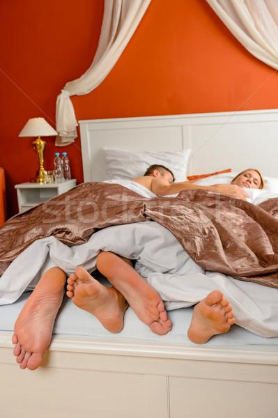 Dormire Coppia a piedi nudi letto lato stanza Foto d'archivio © CandyboxPhoto