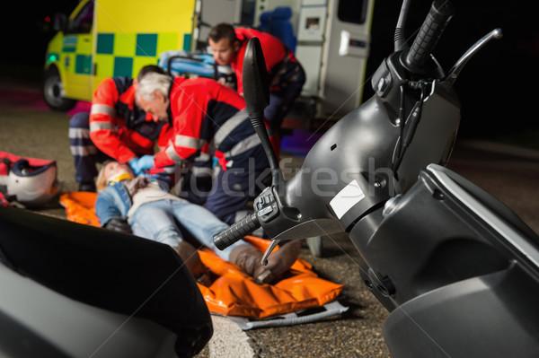 команда помогают раненый мотоцикле драйвера женщину Сток-фото © CandyboxPhoto