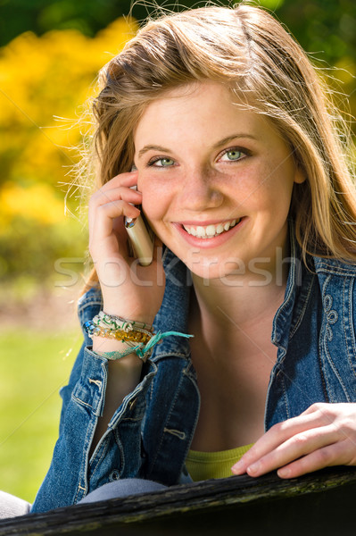 Blijde puber meisje mobiele telefoon park vrouw Stockfoto © CandyboxPhoto