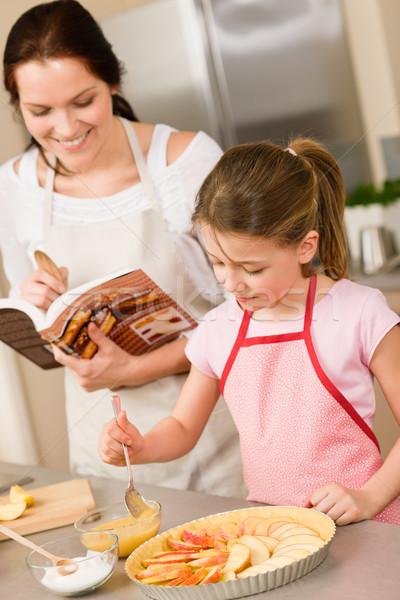 Anya lánygyermek gyártmány almás pite recept készít Stock fotó © CandyboxPhoto
