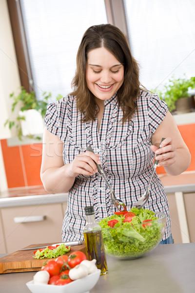 Gotować plus size szczęśliwy kobieta Sałatka kuchnia Zdjęcia stock © CandyboxPhoto