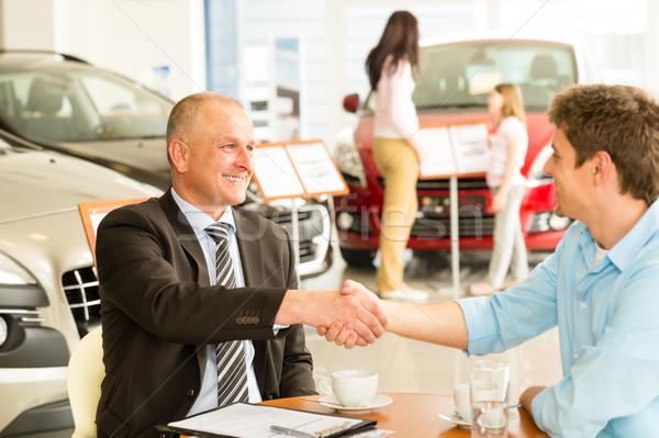клиентов автомобилей продавцом рукопожатием кавказский девушки Сток-фото © CandyboxPhoto