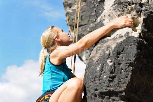 Rotsklimmen blond vrouw touw zonnige Stockfoto © CandyboxPhoto