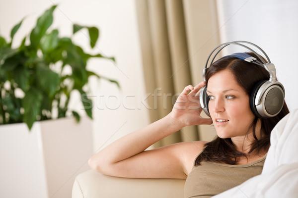 Foto stock: Mulher · fones · de · ouvido · ouvir · música · salão · planta