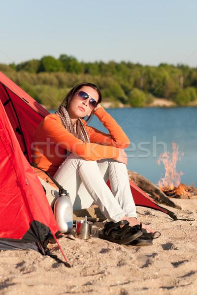 Kempingezés tengerpart nő tábortűz sátor boldog Stock fotó © CandyboxPhoto