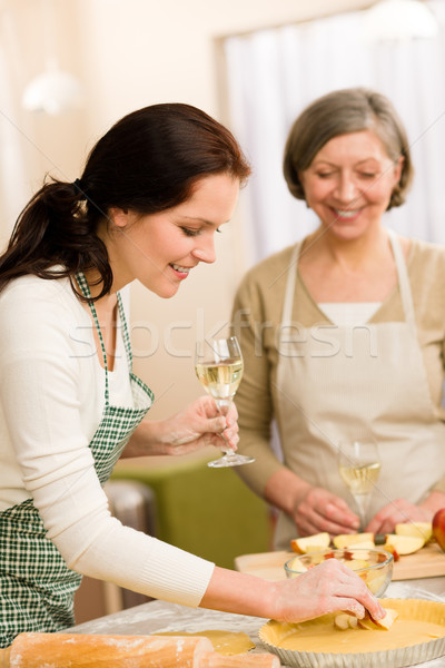 Kettő boldog nők élvezi sütés almás pite Stock fotó © CandyboxPhoto