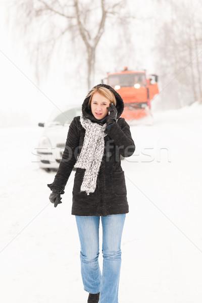 Donna chiamando help auto rotta neve Foto d'archivio © CandyboxPhoto