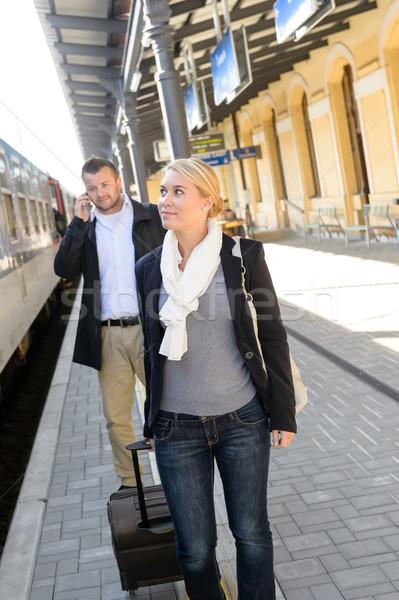 Foto d'archivio: Donna · stazione · ferroviaria · uomo · telefono · viaggio · migrazione · interna