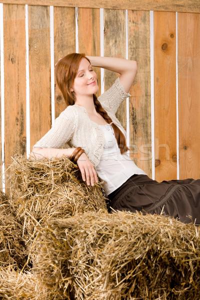 Romantische jonge vrouw vergadering hooi schuur portret Stockfoto © CandyboxPhoto