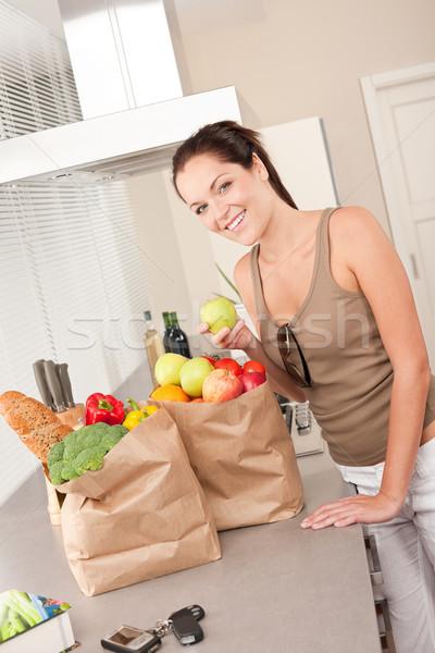Foto stock: Jovem · sorrindo · cozinha · maçã