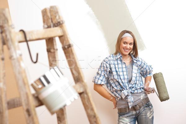 Amélioration de l'habitat jeune femme peinture échelle peinture mur Photo stock © CandyboxPhoto
