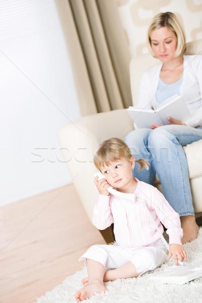 Stockfoto: Moeder · kind · telefoon · woonkamer · boek · home