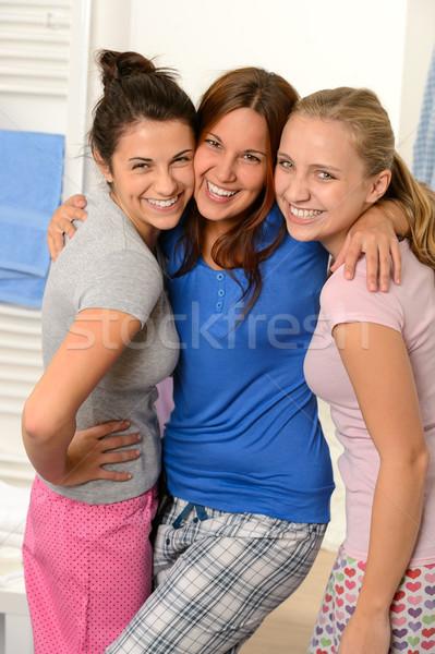 Drie tienermeisjes lachend pyjama vrienden samen Stockfoto © CandyboxPhoto
