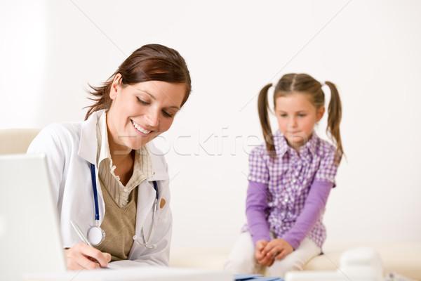 Feminino médico escrever prescrição criança clínica Foto stock © CandyboxPhoto