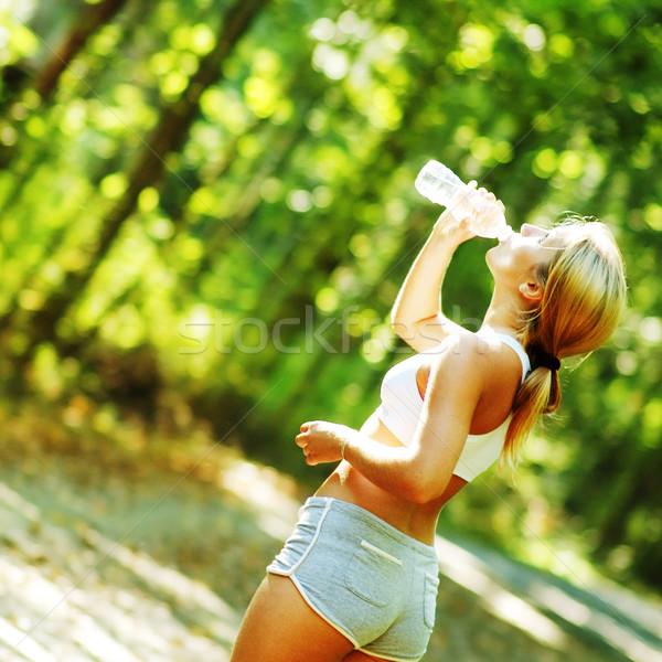 Foto stock: Bastante · jóvenes · corredor · joven · forestales · agua