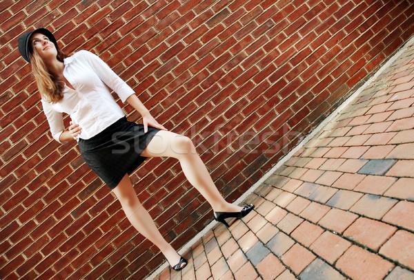 Ladrillo moda de moda posando pared de ladrillo Foto stock © cardmaverick2