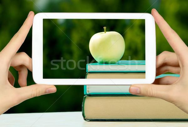 Férfi elvesz fotó alma könyv fehér Stock fotó © carenas1