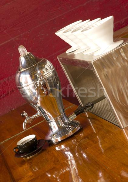 Vintage koffiezetapparaat uit koffie Rood beker Stockfoto © cboswell