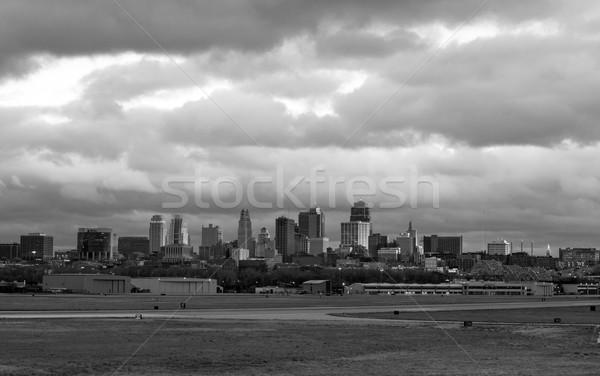 Sinistre nuages ville Missouri coucher du soleil Kansas Photo stock © cboswell