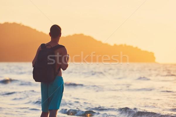 Tatil tropikal plaj genç gezgin sırt çantası izlerken Stok fotoğraf © Chalabala