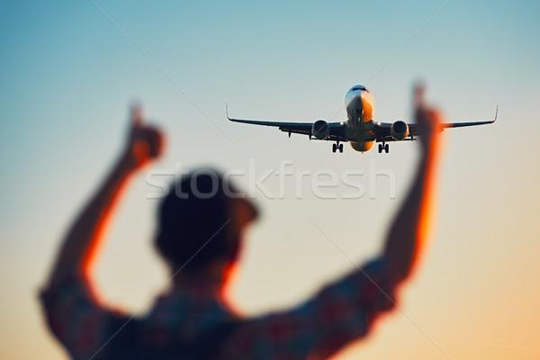 Mutlu gezgin izlerken uçak iniş siluet Stok fotoğraf © Chalabala