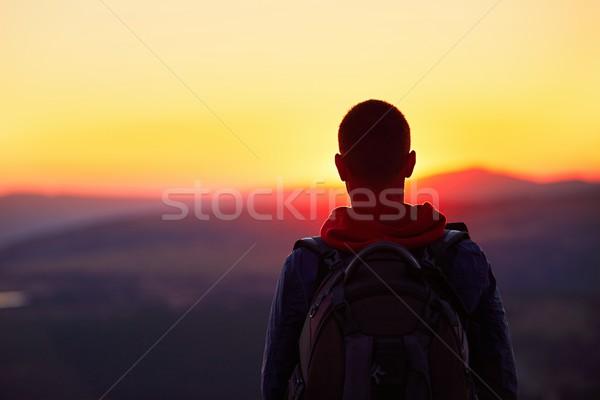 Gün batımı dağ üst gezgin sırt çantası izlerken Stok fotoğraf © Chalabala