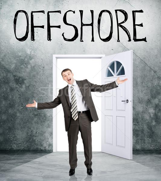 Zakenman uit kamer woord offshore gelukkig Stockfoto © cherezoff