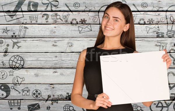 Zakenvrouw houden lege papier sociale iconen Stockfoto © cherezoff