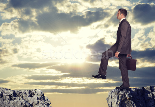 Foto stock: Empresário · em · pé · borda · rocha · lacuna
