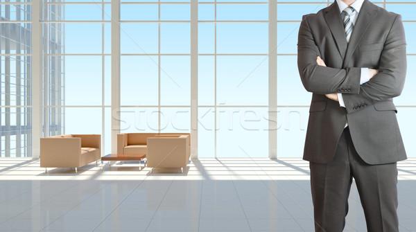 Zakenman groot venster kantoorgebouw pak Stockfoto © cherezoff