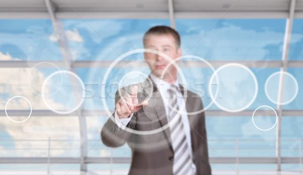 üzletember kisajtolás holografikus képernyő virtuális világtérkép Stock fotó © cherezoff