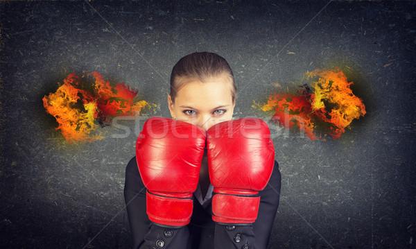 Vrouw bokshandschoenen gezicht brand oren beton Stockfoto © cherezoff