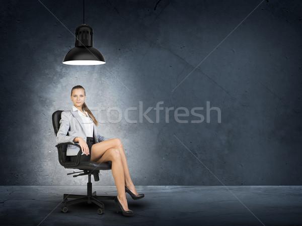 Kadın ceket bluz oturma bacak bacak Stok fotoğraf © cherezoff
