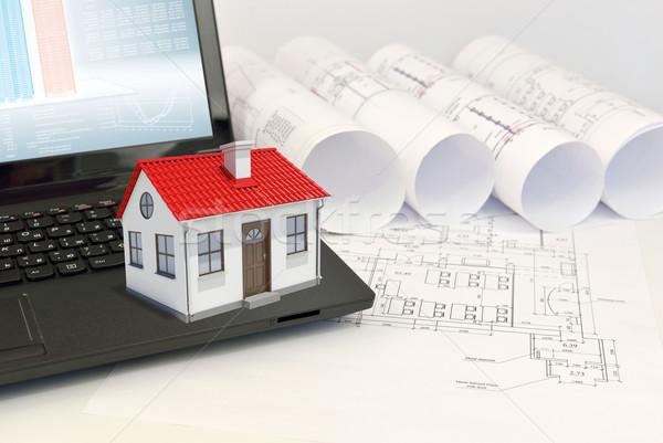 Сток-фото: небольшой · модель · дома · красный · крыши · ноутбука