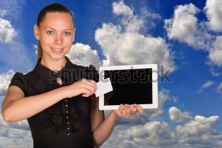 Gyönyörű üzletasszony tart táblagép névjegy képernyő Stock fotó © cherezoff