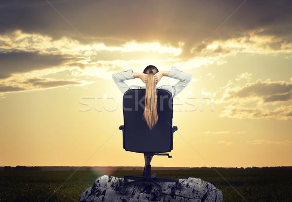 Foto d'archivio: Donna · capelli · lunghi · seduta · sedia · guardando · sole