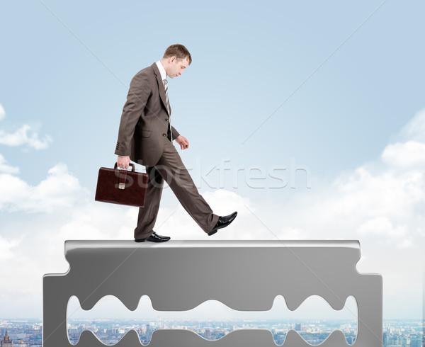 бизнесмен ходьбе старые бритва лезвия Сток-фото © cherezoff