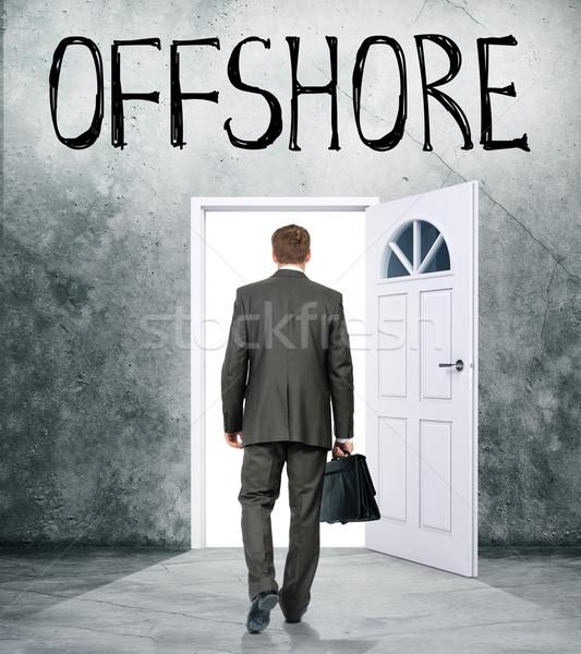 Zakenman deur woord offshore licht bank Stockfoto © cherezoff