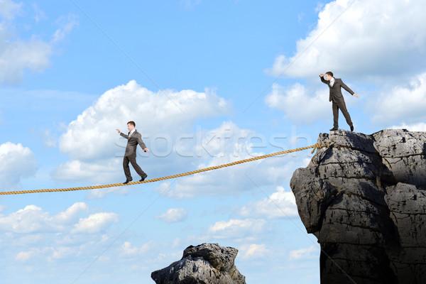 Zakenman lopen touw boven kloof afbeelding Stockfoto © cherezoff