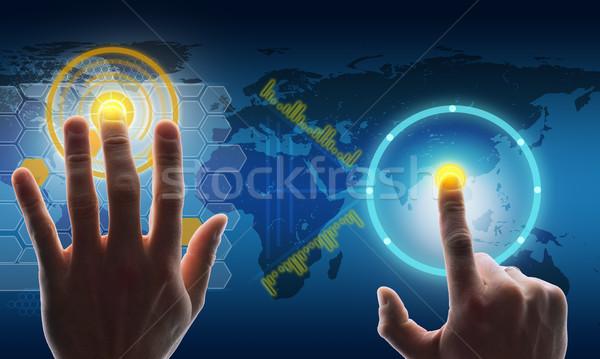 Foto stock: Mãos · tocante · tela · mapa · do · mundo