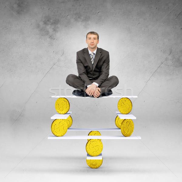 Zakenman vergadering evenwicht gouden munten naar camera Stockfoto © cherezoff