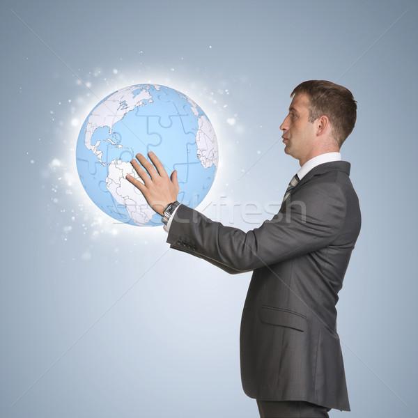 Stockfoto: Zakenman · pak · houden · aarde · wereldbol · man
