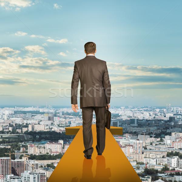 üzletember arany nyíl fölött város hátsó nézet Stock fotó © cherezoff